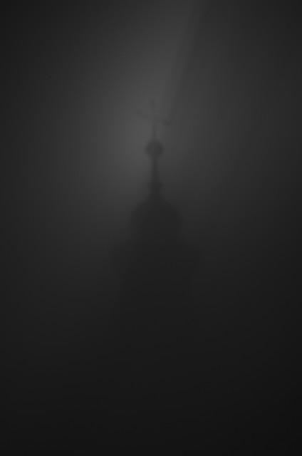 shadow of the night sky Odbicie kościelnej wierzy na nocnym
