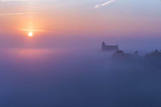 Mglisty wschód Wschodzące słońce nad zamkiem w Bobolicach na