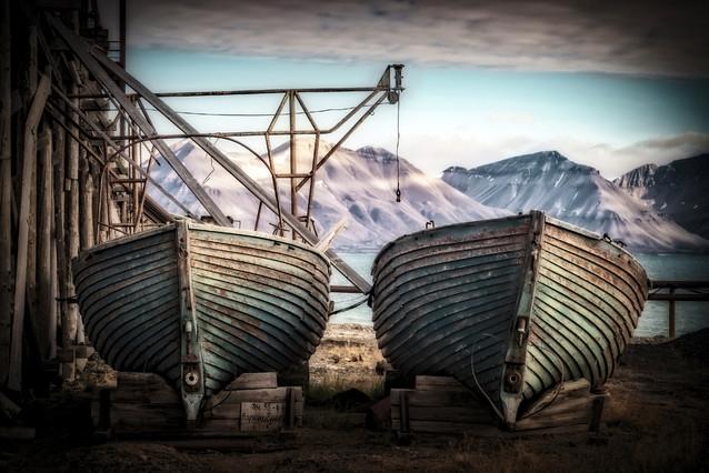 Opuszczone łodzie Porcik przy nieczynnej rosyjskiej kopalni