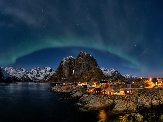 Krajobraz z zorza Hamnoy, wyspy Lofockie, Norwegia JAN SIEMINSKI
